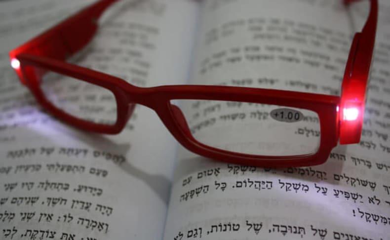משקפי קריאה עם תאורת LED