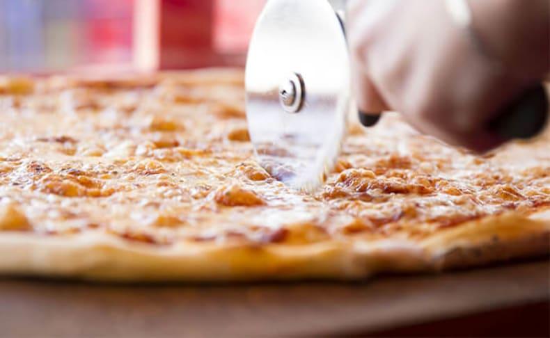 2 מגשי פיצה XL ופינוקים במשלוח